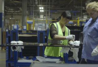 《美国工厂》火了,中国工人真的都像片中那样勤快么?