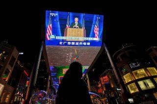 """中国自由派""""川粉""""的阴谋论和美国契约的危机"""