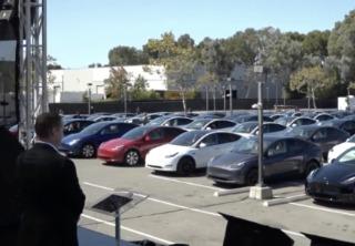马斯克官宣电池革命!特斯拉推出全新无极耳电池,未来续航里程拉升54%、成本降56%