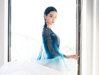 张馨予T台秀蓝色纱裙身姿曼妙