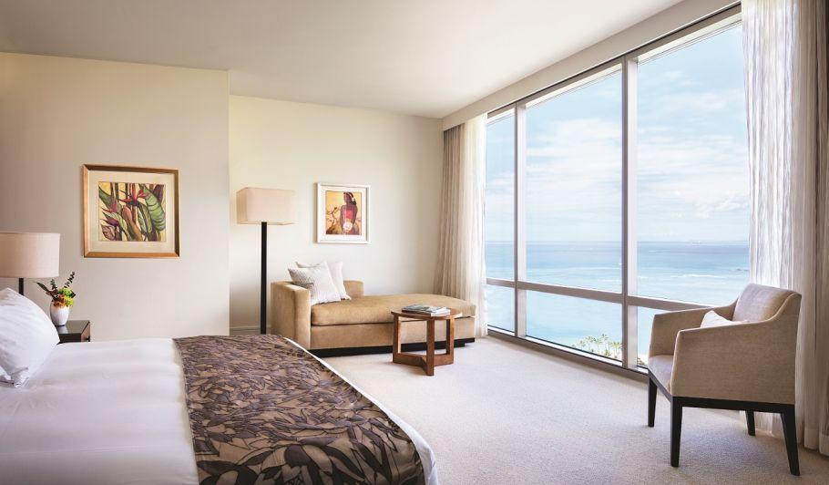 海を望むキングサイズのベッド