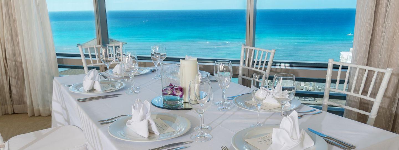 トランプ・ワイキキ - 海を望むウエディング・イベント会場のテーブル
