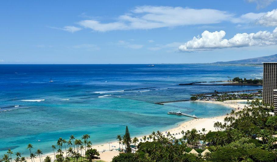 푸른 해변과 하얀 구름이 보이는 바다 풍경