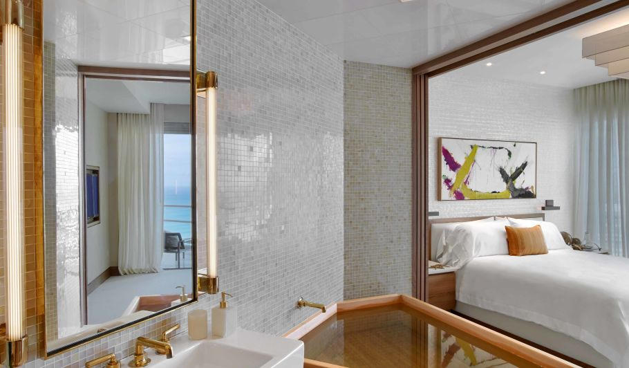 Luxury Hotel Bed & Bathroom