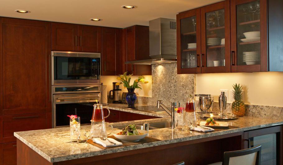 モダンなキッチンとトロピカルな料理