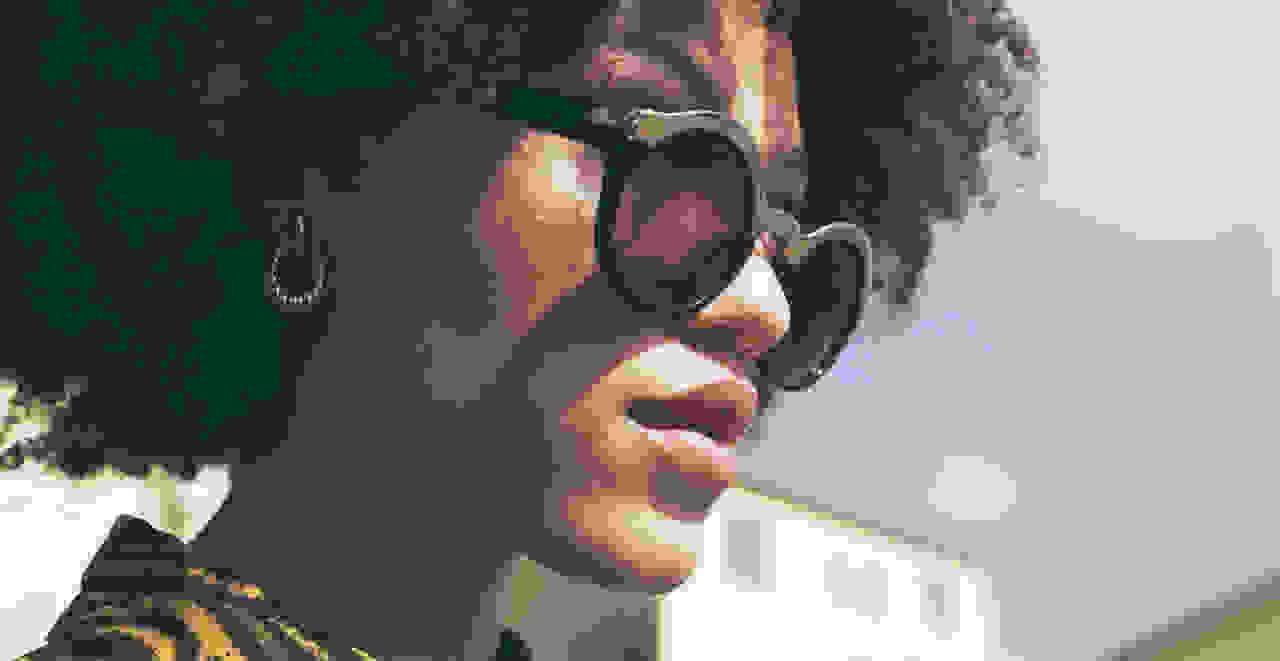 A women wearing round sunglasses