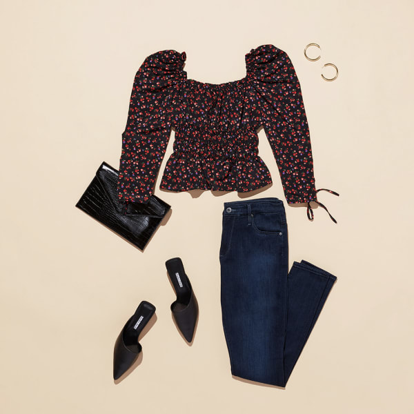 Women's blouse with skinny jeans and mules