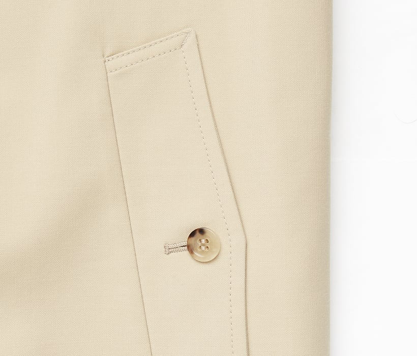Raincoat pockets with point flap and tortoise-shell button