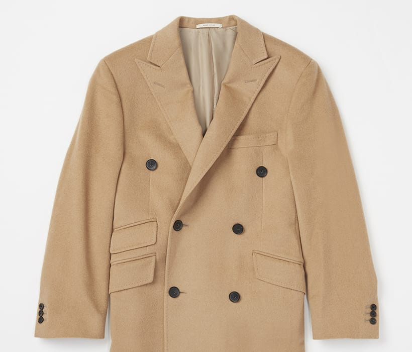 Double-breasted peak lapel and functional ticket pocket