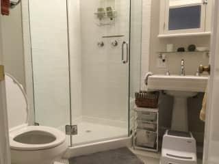 Separate bath w/shower