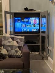 Excellent WIFI and Smart TV packed with loads of SKY programming.