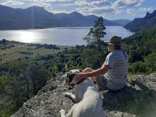Contemplando el paisaje después de una larga caminata al mirador.