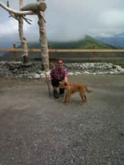 Claudia und Jack beim wandern in den Alpen