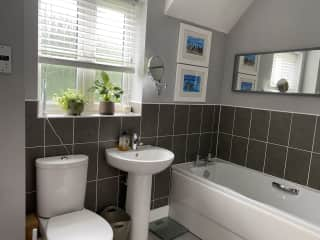 Main bathroom (also with shower)