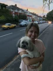 Giuliana and Poppy after our evening walk in Bournemouth, UK (Aug/2018)