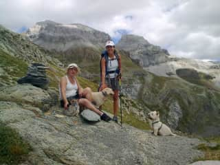 Our trekkings up in the Pyrinees Mountains with my mom, our dogs Kimbo & Lola, and Luna, our friends´s dog that whe were sitting for the summer