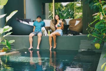A millonarie house in Singapour and two lovely dogs.