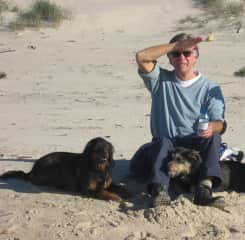 Pieter with Luna and Bella on the beach in Portugal