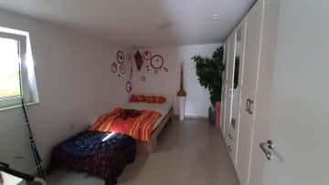 Bedroom with 1.40 m bed.. Vida use to sleep with me but if the sitter does not want that - no problem at all