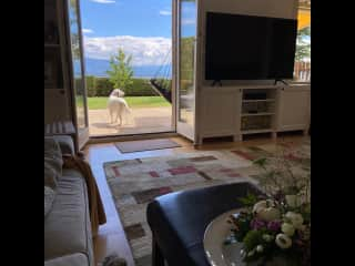 Relax in the spacious living room with panoramic views of Lac Léman and the French Alps. Wifi-enabled TV, Apple TV and Swiss cable with sound bar.