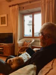 MAY-LOU on Patrick's knees, petsitting in Fran, USAce, Montaigu de Quercy