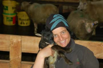 After I moved from my farm I went to some friends farm to support the  birth season, my passion is to get the lams to the world alive and keep them in that state.