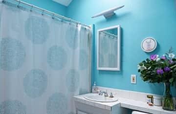 Upstairs bathroom/full bath