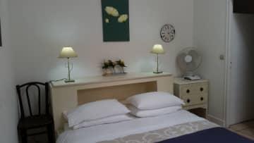 Les Vignes bedroom kingsize bed