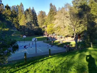 Nearby park (3 blks)