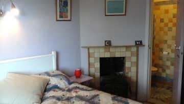 Large bed, en-suite shower, TV
