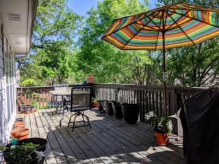 For those who enjoy nature, the back deck is surrounded by trees and has lots of space to read or just enjoy some sun. We are also six minutes away from Old Settlers' Park, which features a lake with picnic areas and walking/jogging paths.