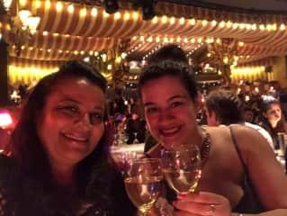Curtindo a noite parisiense com minha filha