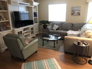 Living room with second TV/netflix