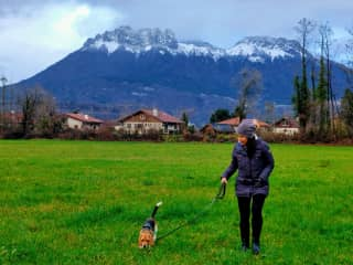 Annette with Naia, the beagle. Housesit in France. Wintervacation 2019