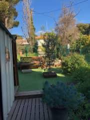 Back garden enclosed by a fence Jardin arrière clos par une clôture