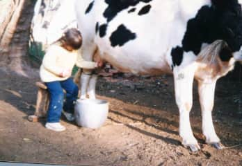 This is me in the countryside, at the age of 5  learning to get lovingly milk from a beautiful cow. Since I was born always love animals and feel very conected with them.