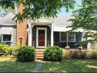 Charming 2 bedroom plus home office, 1 bathroom cottage near downtown and beaches.