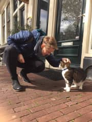 Lacey meeting a friendly cat in Amsterdam