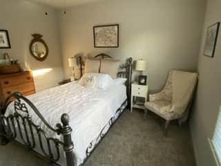 Guest room (queen bed)