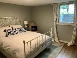Downstairs (guest) bedroom