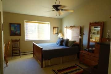The guest room w/queen bed