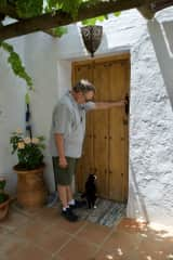 Bootsie coaching Rob that it is dinnertime at our housesit in Andalucia, Spain.