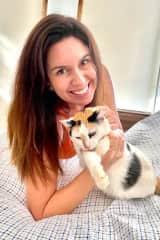 A Mel é o xodó da minha mãe, uma gatinha muito delicada que adora ficar ao lado dos convidados da minha mãe.