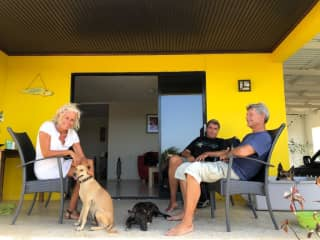 Wij op de porche met onze honden