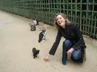 I walked in the parc and met my cat friends :)
