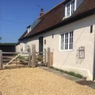 Delightful country cottage a few  miles from Cheltenham to look after three beautiful dogs Rolo Chocolate Labrador14,Hugo Cavalier Spaniel 6 and Gypsy Sheepdog 6.