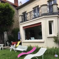 House with 2 cats next to Paris