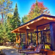 Luxury Modern Lakehouse w/ Spa + easy pets!  near OTTAWA: Dec13 - Jan 1 (Car Required)