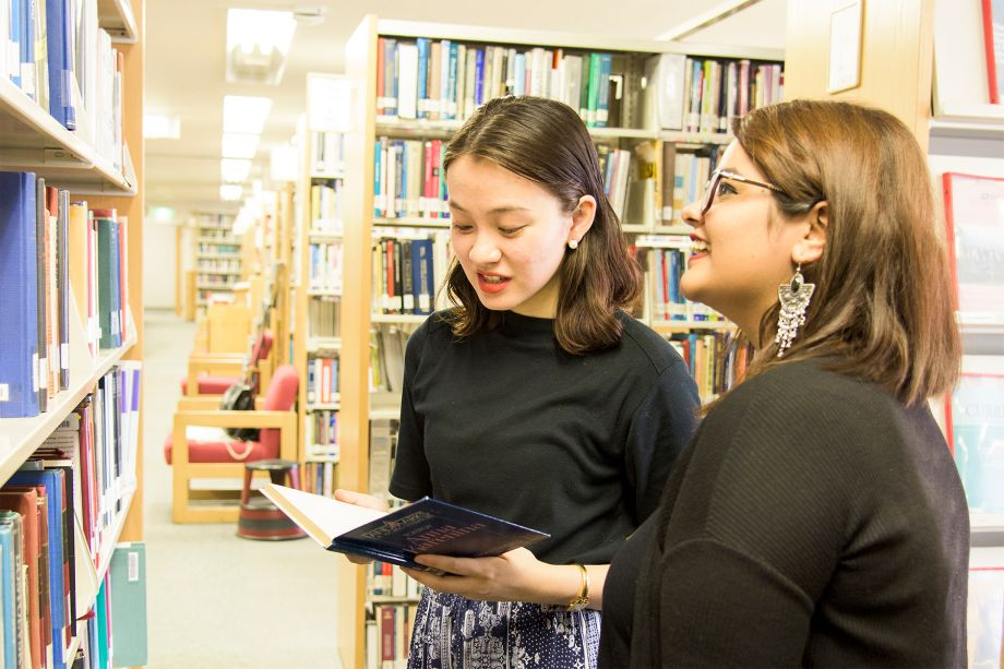 図書館で本を選ぶ学生たち