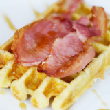 Waffle with bacon & maple syrup